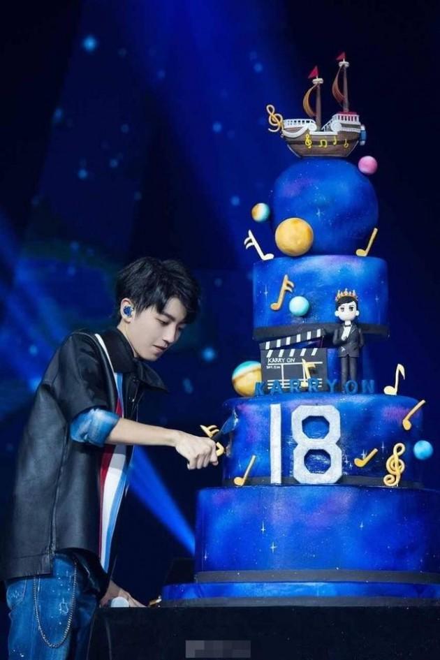 王俊凯18岁生日蛋糕造型
